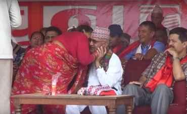 ओलीलाइ चुम्बन गर्ने महिलाले भनिन् :-'मन थाम्नै नसकेर  गरेँ, पछिचाहिँ अरुले के भने होला भन्ने लाग्यो'