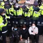 【核污水排海引发韩国民众抗议  日本要求韩强制驱离使馆外示威民众】