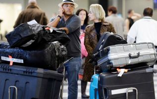 US lawmakers question airline fees, seating policies 1