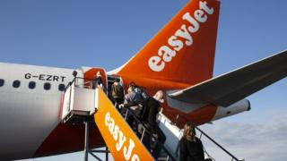 EasyJet plans to close bases and cut staff 1