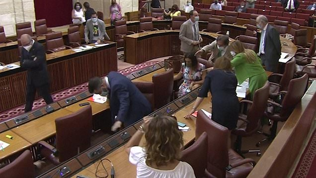 Huge rat causes chaos in Spanish Parliament as politicians gasp and jump to feet 1