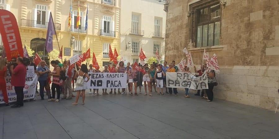 LAS TRABAJADORAS DE LIMPIEZAS RASPEIG EXIGEN EL PAGO DE SUS NÓMINAS