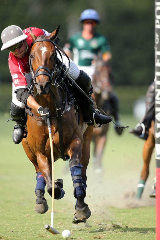 Peke Gonzalez flipping the ball into the goal during the 2021 GAUNTLET OF POLO® on Carpacho. ©David Lominska