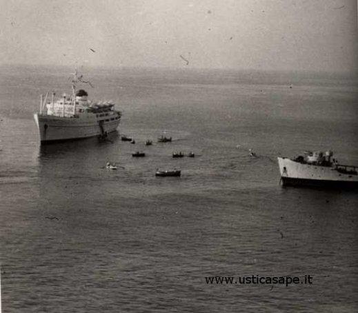 Sbarco turisti con nave in rada