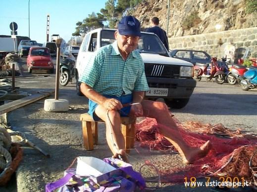 pescatore rammenda le reti