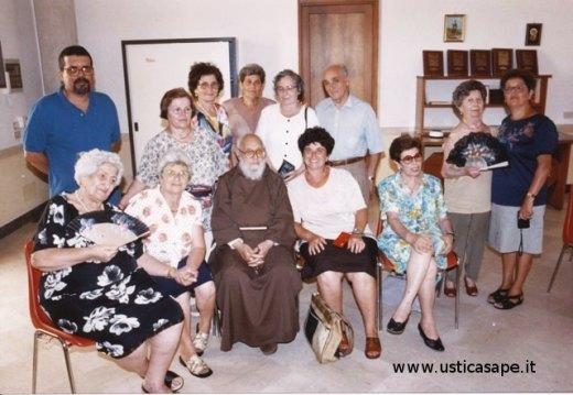 Foto ricordo con Padre Carmelo