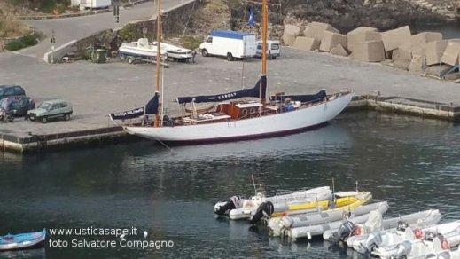 La nave scuola Caroly della Marina Militare ad Ustica