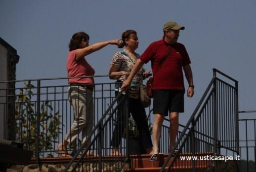 La signora Mariuccia mostra a dei turisti le bellezze dell'Isola