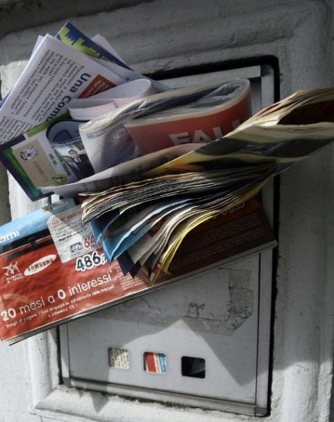 Risultati immagini per cassetta posta piena