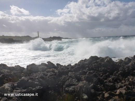 Ustica, mare mosso  zona faro Punta Cavazzi