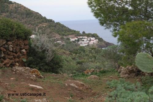 Ustica, paese visto dalla strada di mezzogiorno