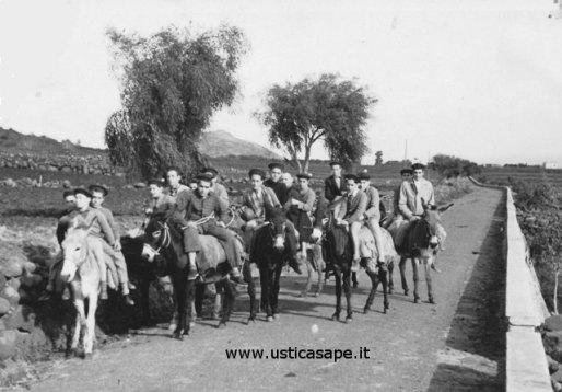Ustica, turisti - giro dell'Isola con l'asilello