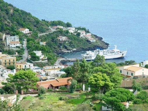 Ustica, nave con villaggio pescatori
