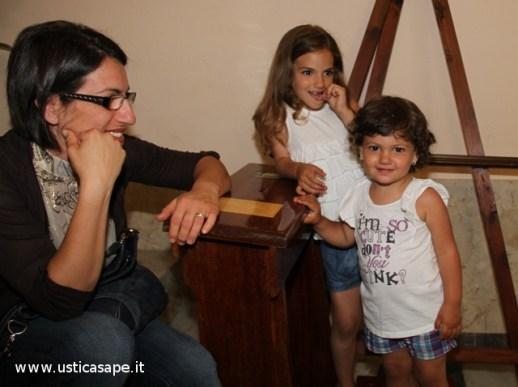 due belle bambine e il sorriso compiaciuto della mamma