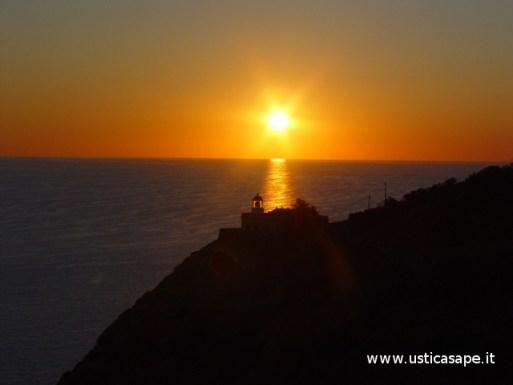 Ustica, l'alba sul faro