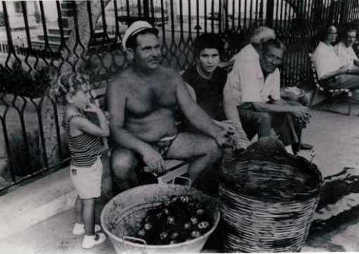 Salvatore Russo (tuturi) vende ricci nella piazza di Ustica