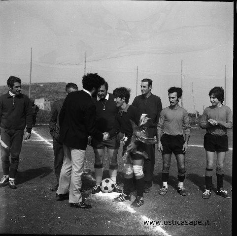 Ustica, partita di calcio - scambio di cortesie