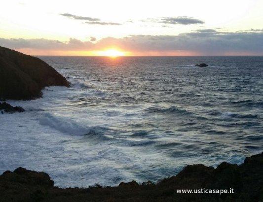 Ustica scoglio del medico, mare mosso al tramonto