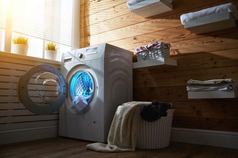 Una lavatrice nella lavanderia