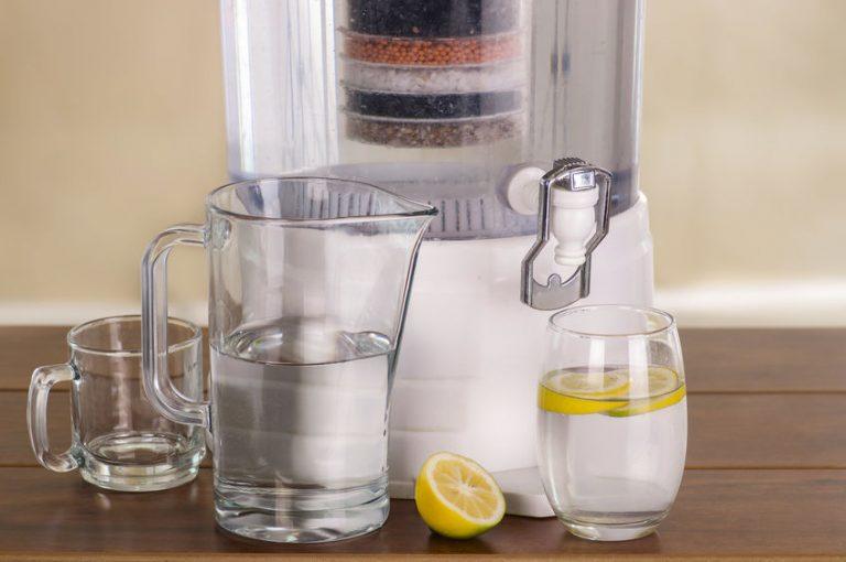 Depuratore d'acqua con brocca e bicchiere
