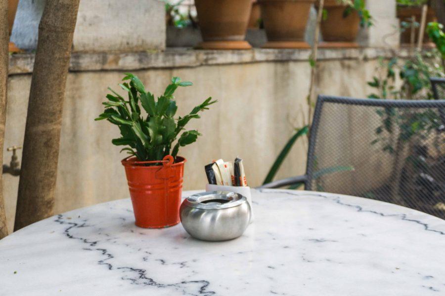 Posacenere accanto a un vaso