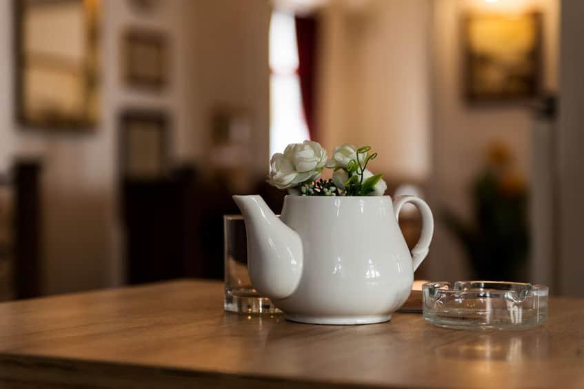 Vaso di fiori accanto a posacenere
