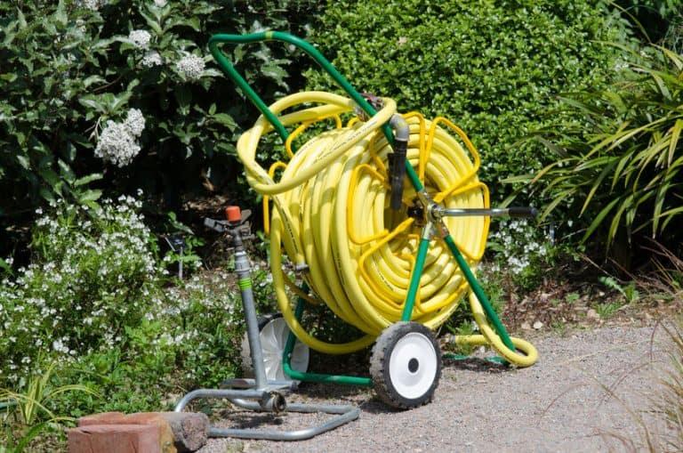 Tubo per irrigazione giallo con avvolgitubo