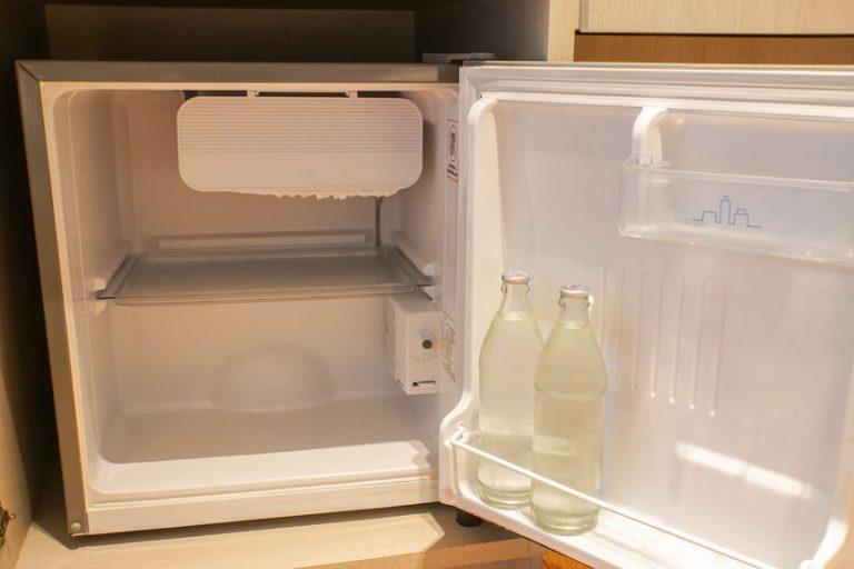 Acqua in un mini congelatore frigorifero