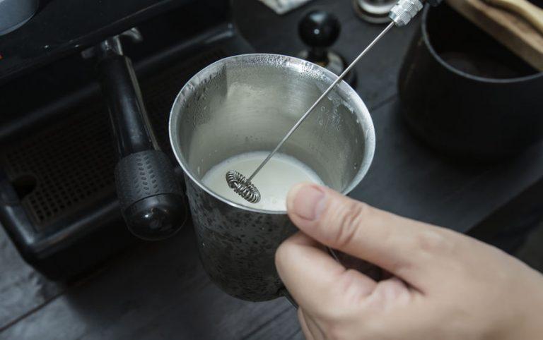 Bricco di latte con montalatte