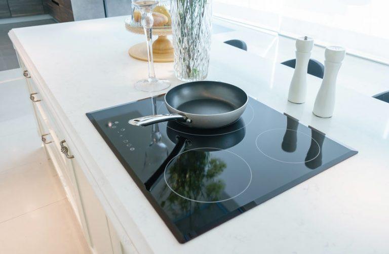 Padella in una moderna cucina a induzione