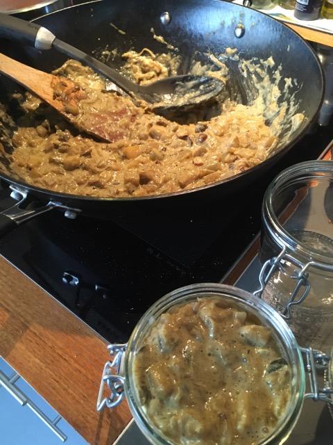 mise en pots du pâté de courgettes