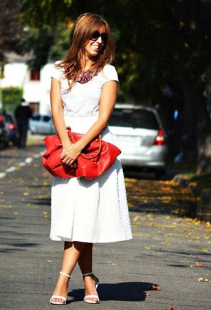 Bela majica i upadljivi modni detalji
