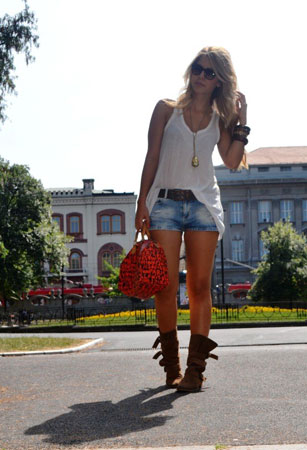 Bela majica i teksas šortc
