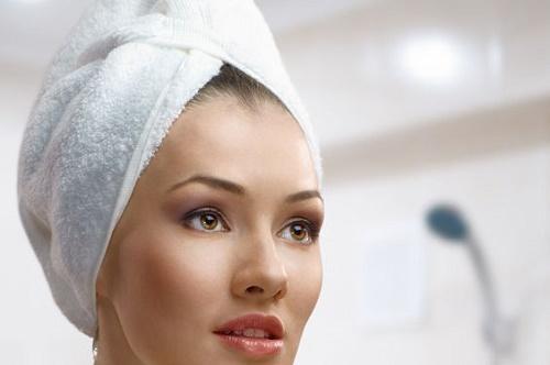 Mokra kosa uvijena u peškir