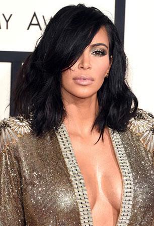 Kim Kardashian – Razbarušeni lob i naglašene konture lice