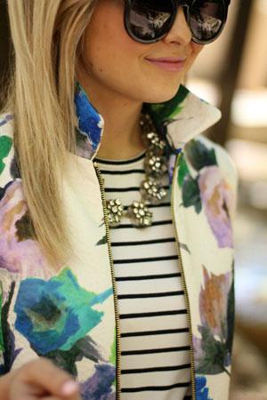 prugasta bluza i jakna sa cvetnim printom
