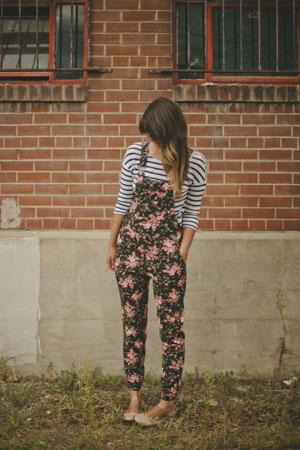 prugasta bluza i kombinezon sa cvetnim printom