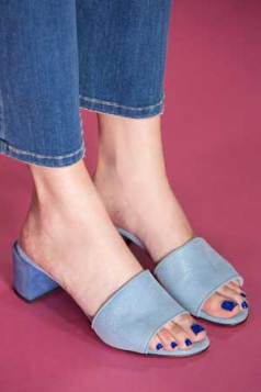 elektrik plavi lak uz plave sandale