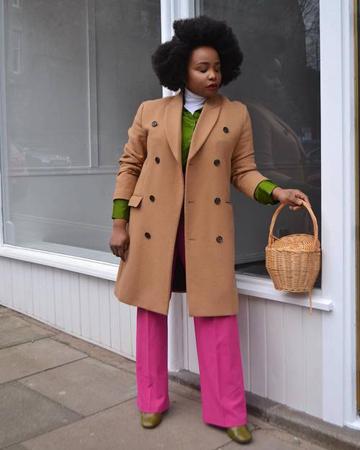 pink pantalone i kamel kaput