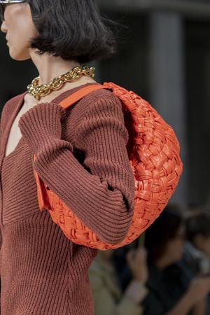 narandzasta torba od tkane kože