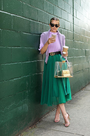 zelena suknja i lila bluza