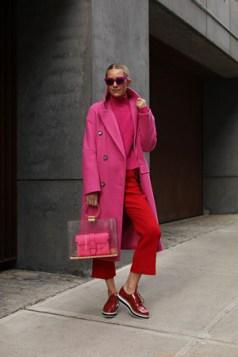 poslovni outfit crvena i roze boja