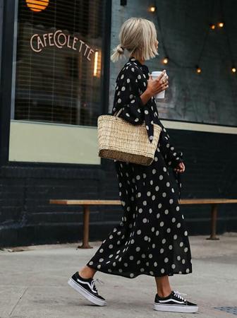 crne patike uz duge haljine