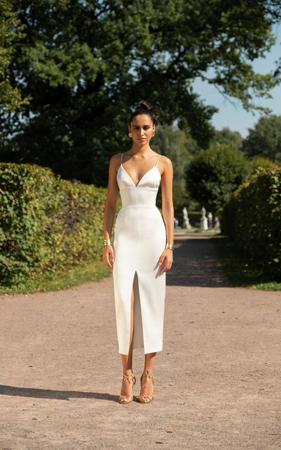 seksi bela haljina sa prorezom