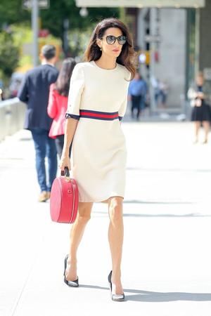 roze torba uz belu haljinu
