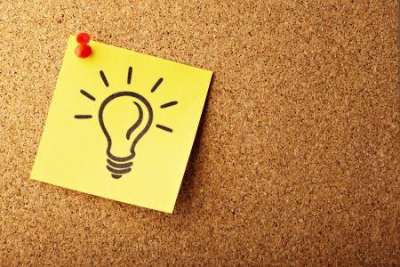 En gul post-its upphängd på en anslagstavla. En glödlampa är ritad på post-itsen.