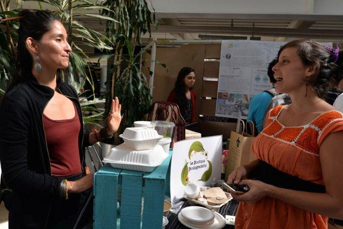 Expositor que promociona plásticos biodegradables