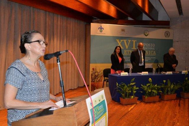 Leticia Rodríguez al inaugurar el evento, acompañada por Rebeca Hernández, Domingo Canales y Ronald Cháves