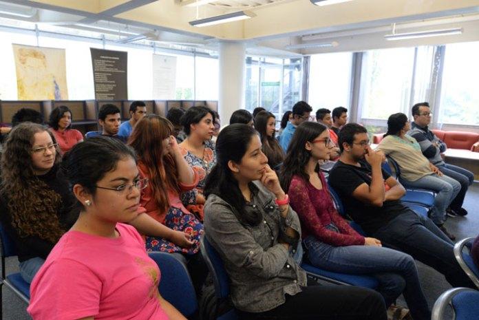 Los jóvenes universitarios mostraron interés en el escritor francés
