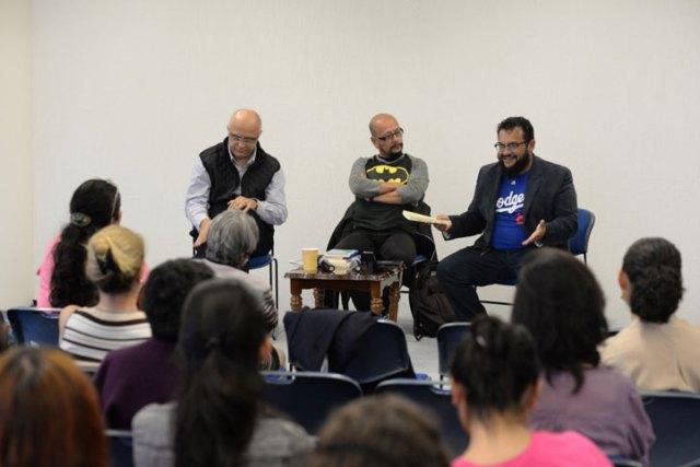 """Raciel Martínez, Víctor Hugo Vásquez y Edgar Onofre, durante su presentación en """"Martes de Lectores y Lecturas"""""""